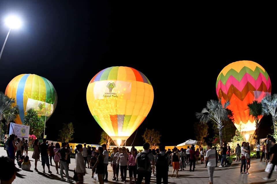 Khinh khí cầu trên bầu trời công viên ánh sáng Vinhomes Grand Park