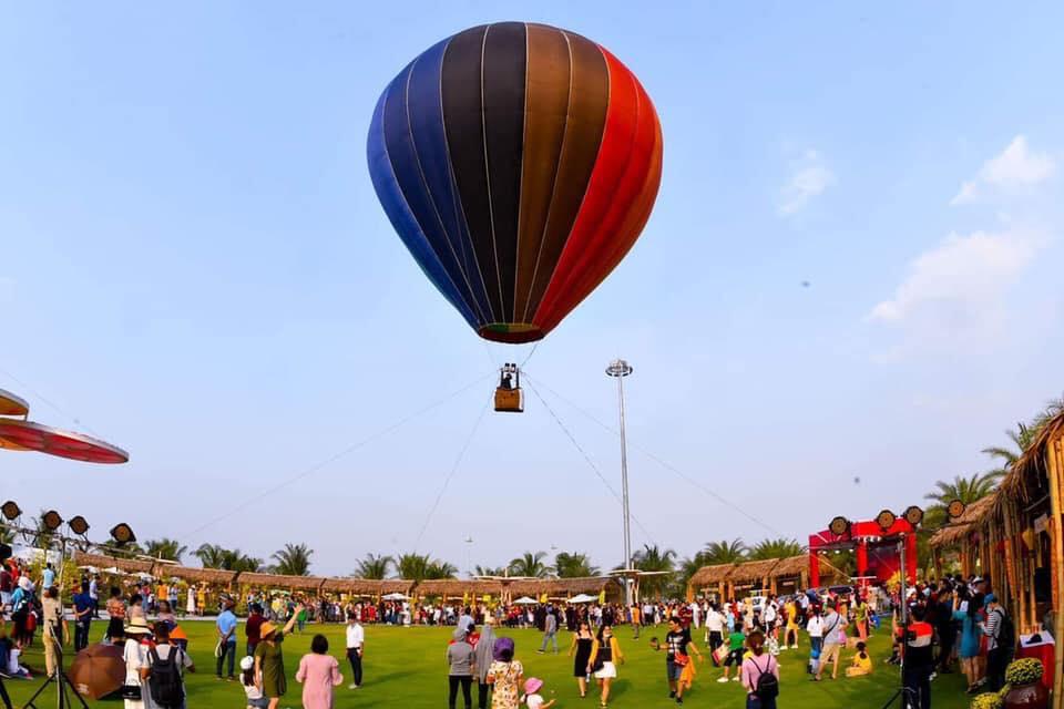 Cư dân thỏa thích ngắm bầu trời trên khinh khí cầu tại công viên ánh sáng Vinhomes Grand Park