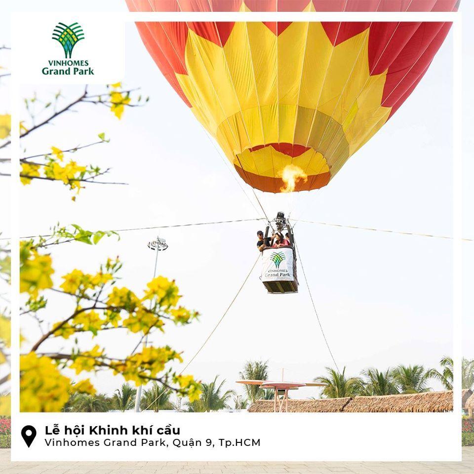 Cư dân trải nghiệm khinh khí cầu tại lễ hội xuân 2020 diễn ra tại công viên ánh sáng Vinhomes quận 9