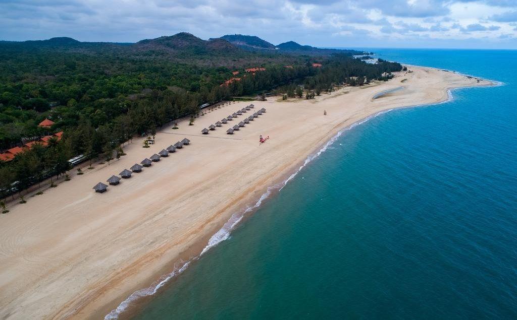 Bãi biển xanh trong vắt ven cung đường resort Hồ Tràm - Bình Châu